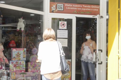 La dueña de una tienda, con su mascarilla.