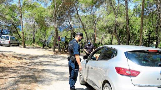 Dos agentes de la Policía Local de Sant Antoni informan a un conductor sobre las restricciones.