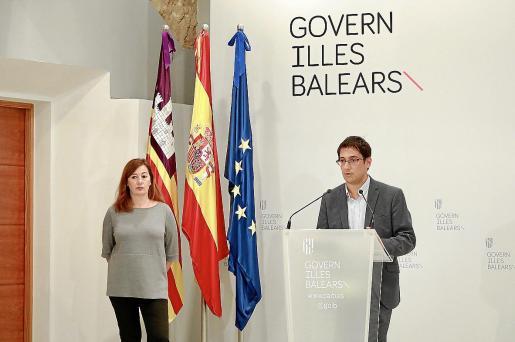 El conseller de Turismo, Iago Negueruela, y la presidenta Francina Armengol, ayer, en Palma.