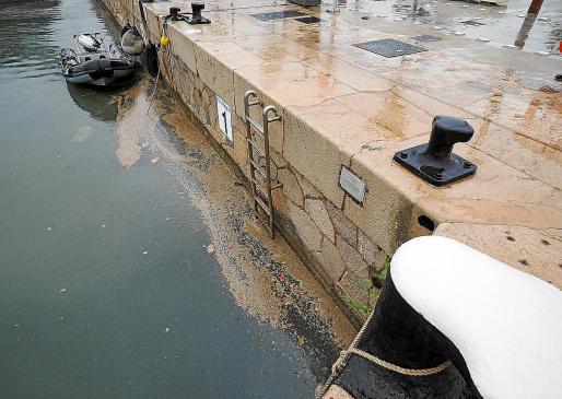 El vertido fecal del puerto tras las lluvias del lunes. Foto: MARCELO SASTRE