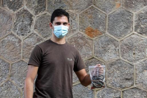 Alejandro Macías posa con una serpiente capturada.