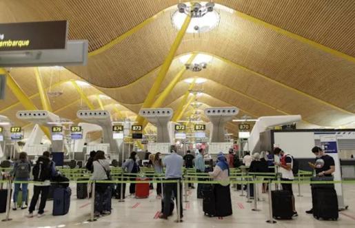 Pasajeros con sus maletas en las instalaciones de la Terminal T4 del Aeropuerto Adolfo Suárez Madrid-Barajas. En Madrid (España), a 5 de junio de 2020. - Eduardo Parra - Europa Press