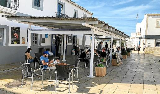 Varias personas disfrutan tomando algo en una de las terrazas de Formentera.