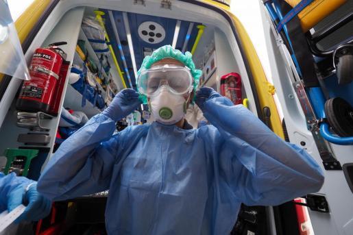 Un profesional sanitario con el EPI en Ibiza.