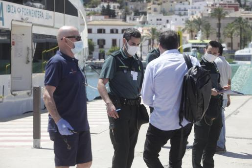 Control a los pasajeros del ferry de Baleària que cubre la ruta Ibiza-Formentera.