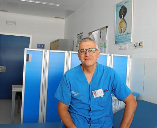 Andrés Palacios, en su consulta de Dermatología del Hospital Can Misses.