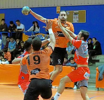 Javi Aragón se suspende en el aire con el balón en una acción de ataque del HC Eivissa de la temporada pasada.