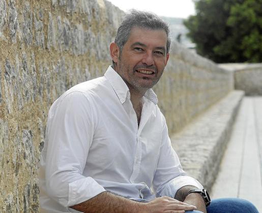 El director insular de Turismo, Juan Miguel Costa, junto a la muralla de Dalt Vila.