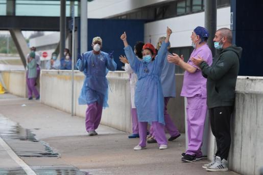 Un grupo de sanitarios aplauden en Urgencias del hospital Can Misses.