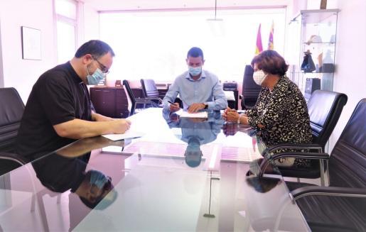 Instante de la firma del convenio entre el Ayuntamiento de Sant Antoni y Cáritas.