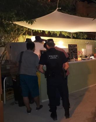 La Policía Local, en el establecimiento que fue cerrado.