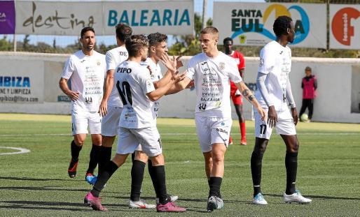 Varios jugadores de la Peña Deportiva celebran un gol.