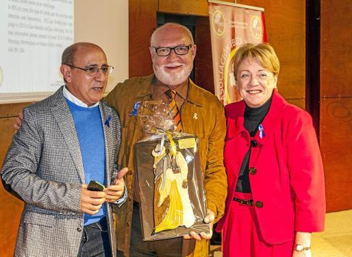 El padrino de IFCC, el actor Pepe Ruiz, junto con Helen Watson y José González.