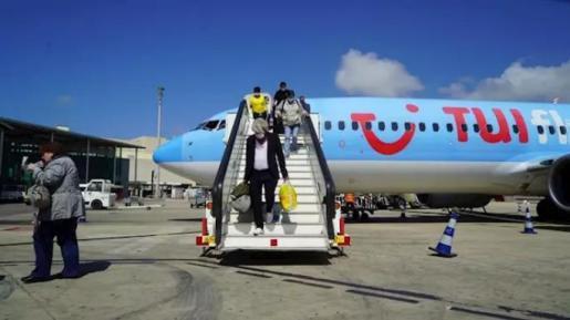 Pasajeros alemanes del vuelo de TUI desembarcan en Palma en el plan piloto de turismo. - CAIB