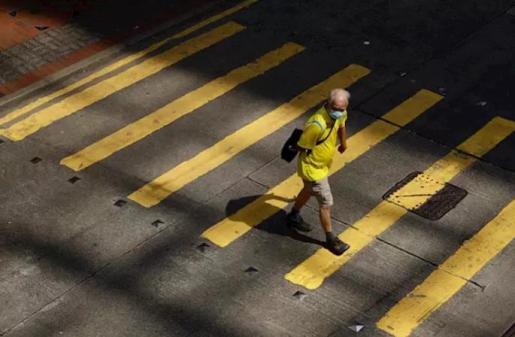 Un hombre cruza un paso de peatones en China.