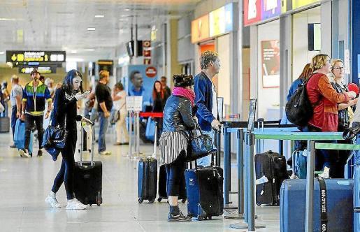 Turistas en las instalaciones del aeropuerto de Ibiza.