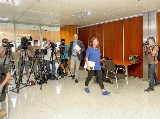 Armengol y Vicent Marí se dirigen a la sala de prensa después de la reunión ayer con el gobierno insular.