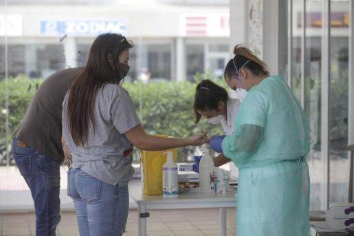 Imagen de archivo de dos profesionales sanitarias realizando el test en el embarque de Ibiza a Formentera.