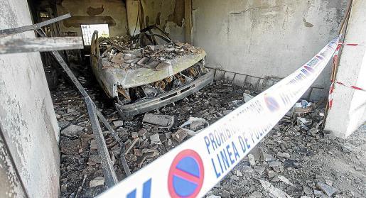 Las llamas calcinaron por completo un vehículo que se encontraba en el bajo y que quedó sepultado por los cascotes que se desprendieron por las altas temperaturas.
