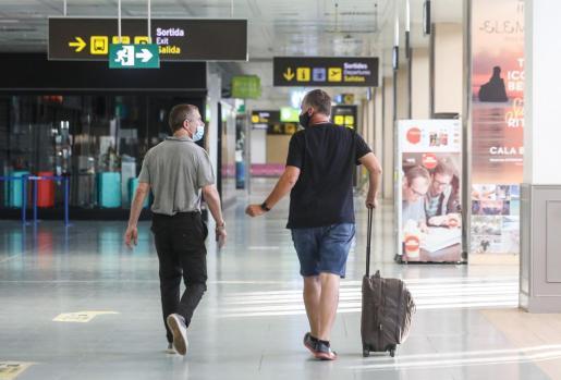 Dos pasajeros del vuelo procedente de Amsterdam, en la terminal del aeropuerto de Ibiza.
