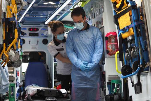 Dos profesionales sanitarios en Ibiza.