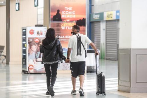 Dos pasajeros en la terminal del aeropuerto de Ibiza el pasado jueves.