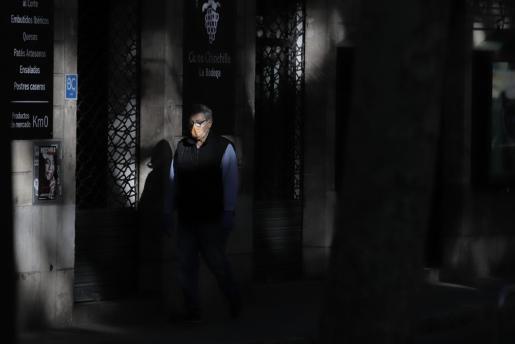 Un hombre camina por una calle de Palma.