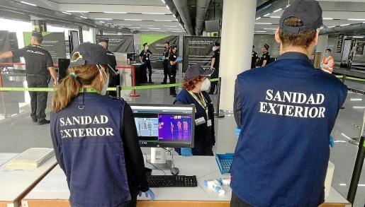 El personal del Ministerio en el primer día que llegaron turistas del plan piloto de Baleares.