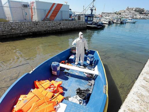 Un agente especializado de la Guardia Civil durante la inspección de la barca en Ibiza.