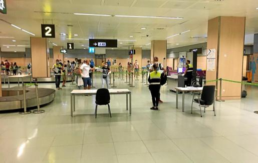 Los pasajeros que llegan al aeropuerto de Ibiza tienen que rellenar un cuestionario de salud y se les toma la temperatura con cámara termográfica, unas medidas que también son aplicables para viajeros internacionales.