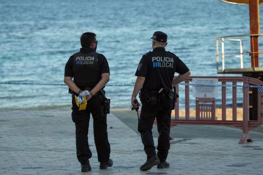 Dos agentes de la Policía Local de Vila en la playa de ses Figueretes.