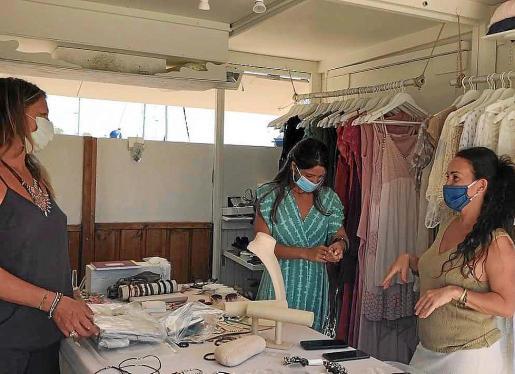La alegría se extendió ayer por el mercado de la Savina de Formentera por poder volver a montar los puestos de venta.