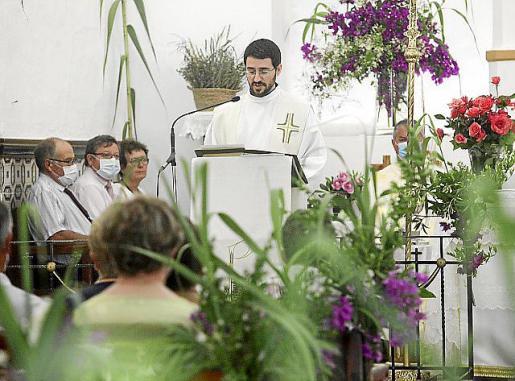 Un momento de la misa del día grande de Sant Joan, que se celebró ayer con mascarillas y geles desinfectantes.