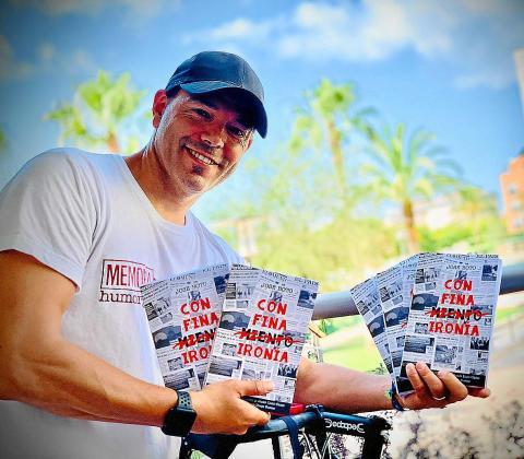 El cómico, actor y director de teatro José Boto junto a ejemplares de su libro 'Con fina ironía'.