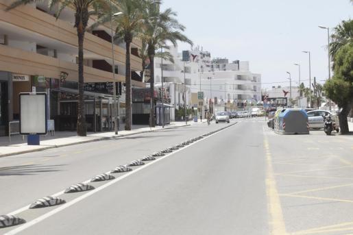 En junio del año pasado las calles de Platja d'en Bossa estarían repletas. Ayer apenas se veía gente y unos pocos coches circulaban por el lugar.