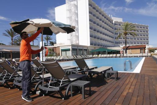 Las patronales hoteleras de las Islas han estado esperando al desarrollo de los ERTE para poder abrir el mayor número de hoteles. La prórroga de los ERTE hasta el 30 de septiembre, aunque con menores bonificaciones, posibilita que muchas cadenas se decidan a reabrir sus establecimientos de julio a octubre.