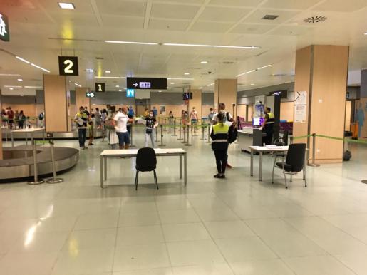 Controles de seguridad en el aeropuerto de Ibiza.