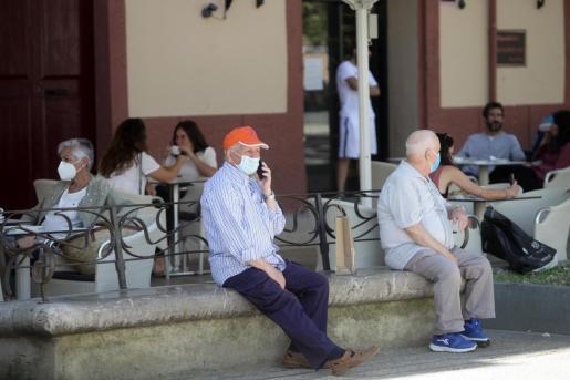 Varias personas con mascarilla en Ibiza.