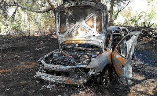 Las llamas acabaron calcinando una superficie superior a un campo de fútbol, afectando a una zona de pinos y parte de unos terrenos agrícolas cercanos a una propiedad donde las llamas quemaron un coche y una embarcación.