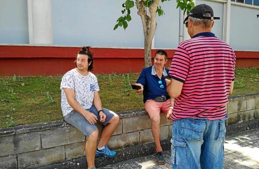 Los tres portavoces de los usuarios del albergue provisional de Blanca Dona.