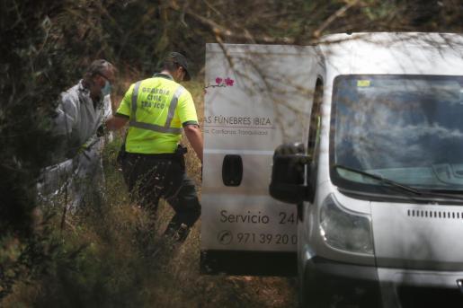 El cuerpo del motorista se encontraba a varios metros de distancia de la carretera por la que circulaba.