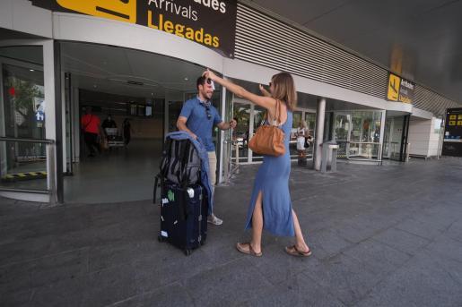 Los recibimientos de amigos y familiares se deben demorar hasta la salida de la terminal por medidas de seguridad.