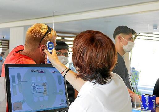 Los turistas registraron su temperatura a su llegada al Insotel Tarida Beach. A la izquierda, con el gel desinfectante de manos