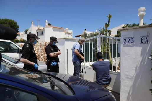 Miembros de la Policía Científica, en el momento que accedían al domicilio para llevar a cabo la búsqueda de evidencias para esclarecer el caso.