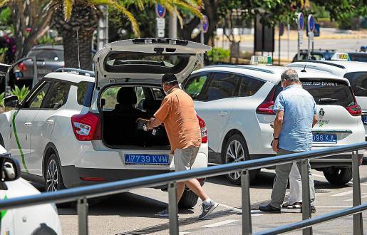 Imagen de un taxista cogiendo a unos clientes en el aeropuerto.