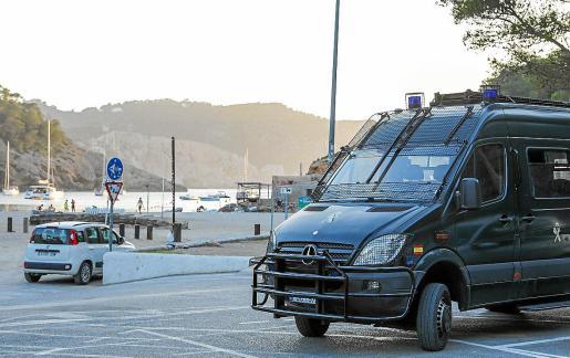El acceso a Benirràs queda limitado todos los domingos de 16.00 horas a 22.00 horas y únicamente pueden pasar vecinos. En la imagen, los GRS de la Guardia Civil.