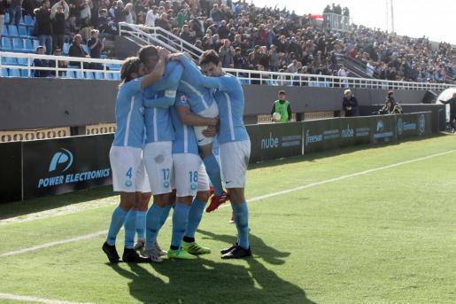 Los jugadores de la UD Ibiza celebran un gol.