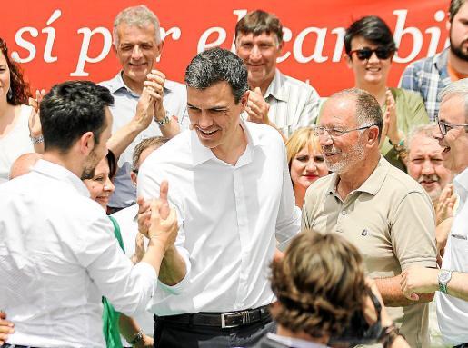 Rafa Ruiz estrecha la mano de Pedro Sánchez durante su visita de campaña.