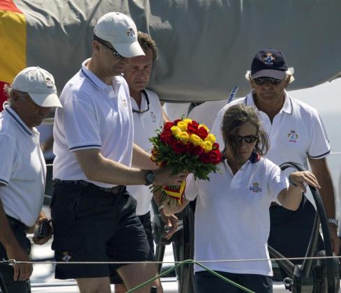 """El príncipe Felipe, patrón de la embarcación """"Aifos"""", acompañado de la viuda del almirante Sánchez-Barcaíztegui durante el homenaje."""