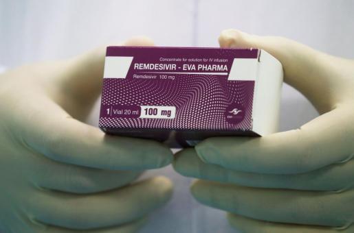Remdesivir es un antiviral que ralentiza la producción de nuevas partículas de virus.